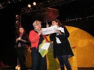 photo remise de chèque lors du festival giboul'off