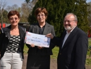 photo remise de cheque a France Alzheimer 68