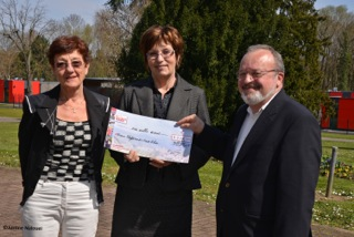 photo remise de cheque a France Alzheimer 68